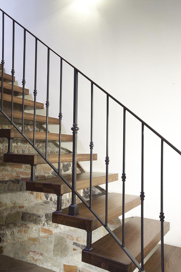 gradini-scale-a-sbalzo-in-legno-aperte